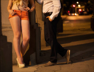 路上に立つ立ちんぼ女性