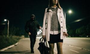夜道でストーカーに追いかけられる女性