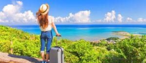 スーツケースを持って旅行する女性の後ろ姿