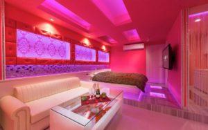 ピンク色のラブホテル