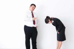怒る男性と謝る女性