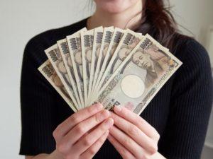 大金を見せびらかす女性
