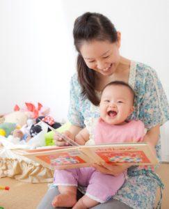 赤ちゃんに読み聞かせする女性