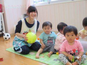 託児所・保育園で子供の面倒を見る