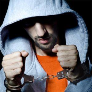 手錠をかけられた犯罪者の男性