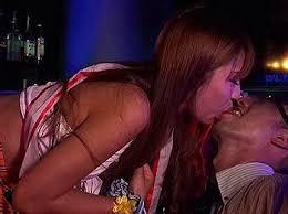 お客さんにキスするおっパブ嬢