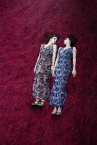 寝転がる双子の女性姉妹