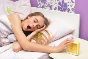 あくびをして起きる女性